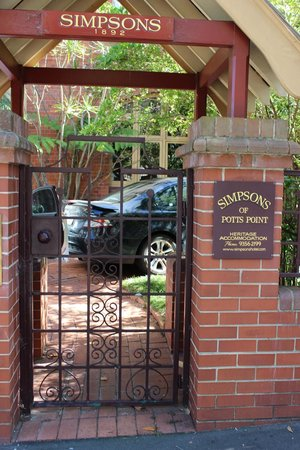 Simpsons of Potts Point Hotel: View from Street