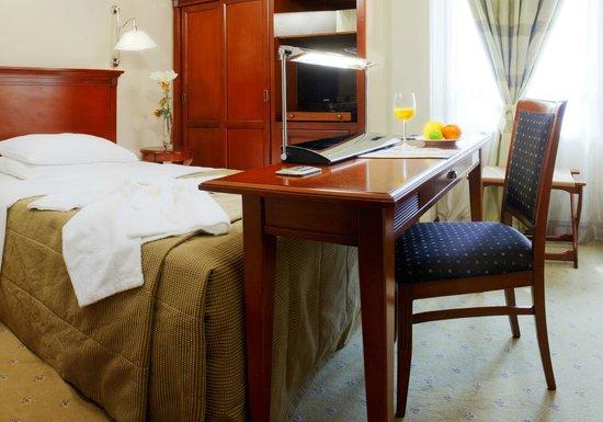 Best Western Premier Hotel Astoria: Queen room