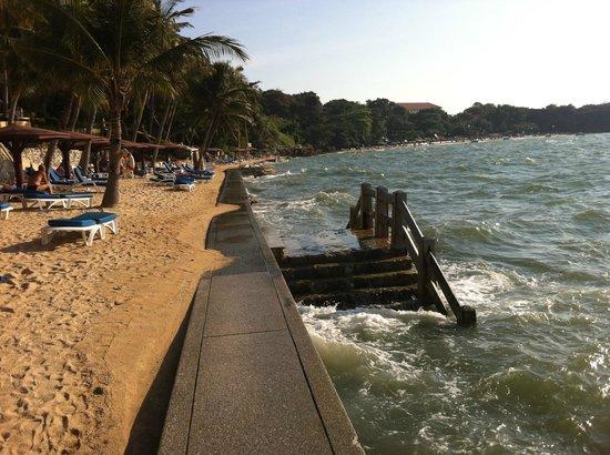 Royal Cliff Beach Hotel:                   Вход в море на пляже