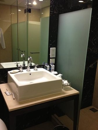 Pullman Jakarta Indonesia: Very tight bathroom counter.