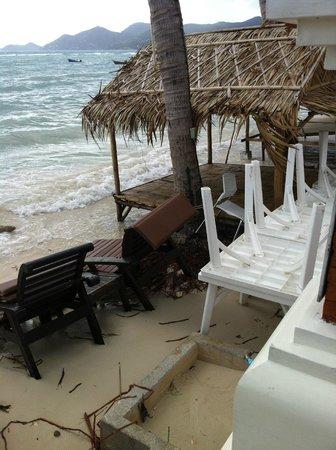 Dara Samui Beach Resort: plage très étroite et mal entretenue