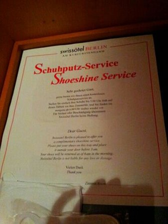 Swissotel Berlin: Shoesshine service