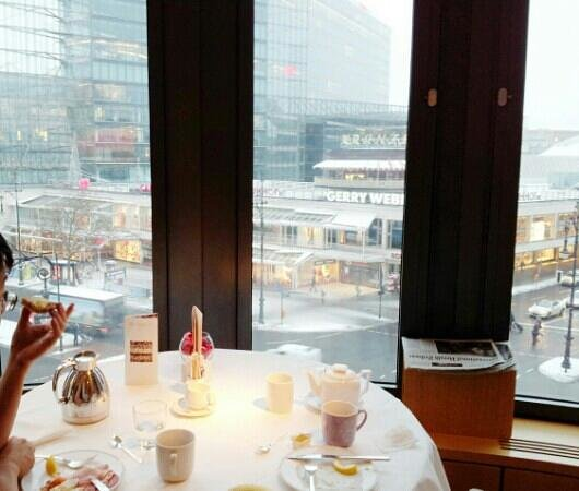 Swissotel Berlin: Enjoying breakfast
