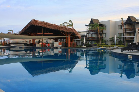 Wyndham Resort Denarau Island: Pool/ bar & resort block