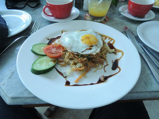 Bali Mystique Hotel and Apartments: Breakfast - Mie Goreng & egg