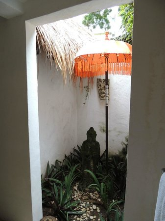 Bali Mystique Hotel and Apartments: The open courtyard in our bathroom