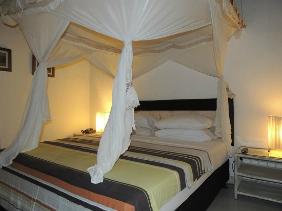 Bali Mystique Hotel and Apartments: Four poster bed with mosquito nets