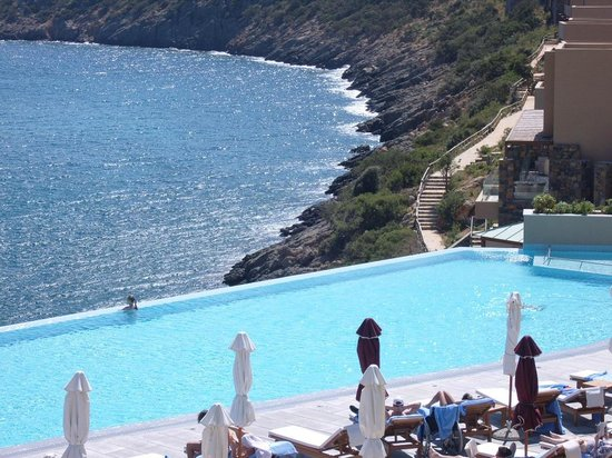 Daios Cove Luxury Resort & Villas: infinity pool en zee