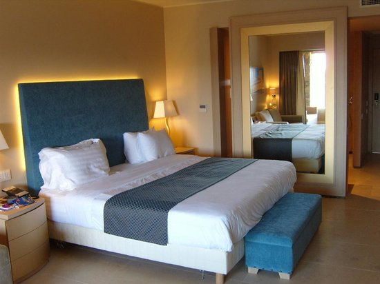 Daios Cove Luxury Resort & Villas: riant bed
