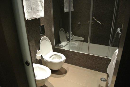 Hotel Abades Recogidas: Spacious bathroom