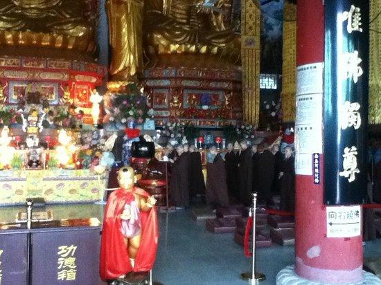 Jinshan Temple of Linchuan : Nuns daily praying