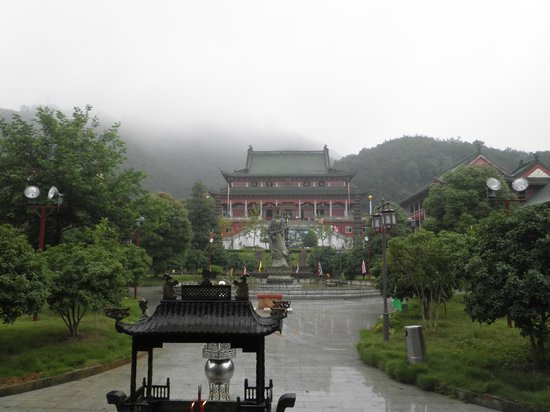 Jinshan Temple of Linchuan : once passed the outher gate you see the main temple where the nuns would pray