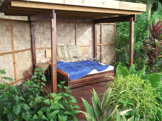 Naveria Heights Lodge:                   Our outdoor bed!