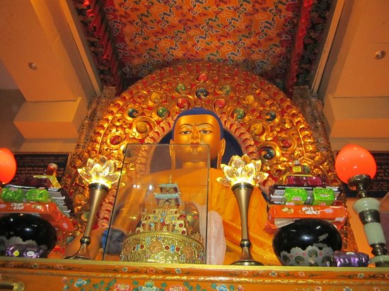 Dharamsala, Indie: Statue of Lord Buddha in the sacred Dalai Lama Temple