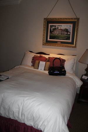 Le Pavillon Hotel: Comfy bed, room 717