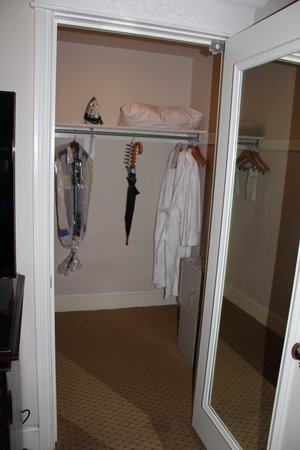 Le Pavillon Hotel: Plenty of closet space, room 717