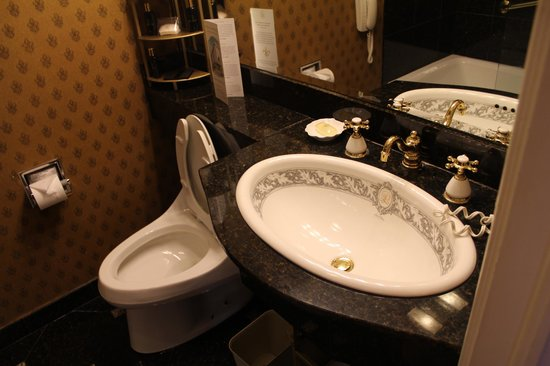 Le Pavillon Hotel: Small but pretty bathroom, room 717