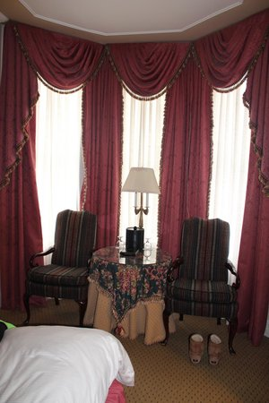 Le Pavillon Hotel : Nice bay window in room, room 717