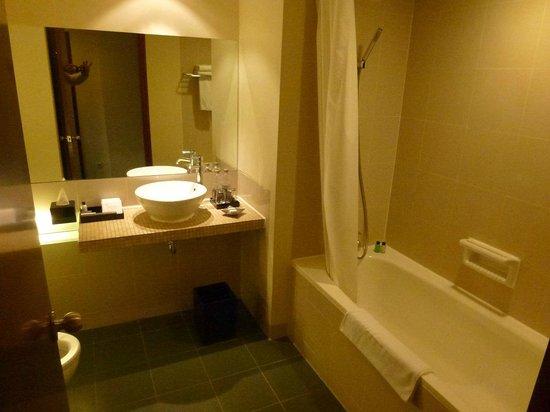 Alila Jakarta: Bathroom