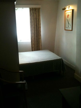 La Madeleine Grand Place Brussels: The tiny bed in the dark bedroom