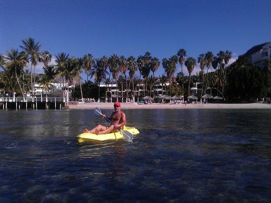 لا كونشا بيتش ريزورت: using free kayaks infront of resort 