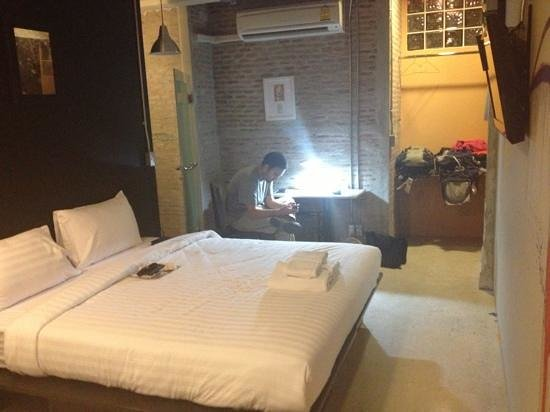 Silom Art Hostel: king room en suite ($40!)