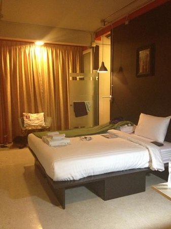 Silom Art Hostel: en suite king room