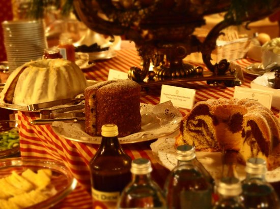 Hotel Sacher Salzburg: 朝食会場のケーキ