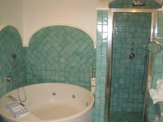 Santa Caterina Hotel: Banheiro com banheira de hidro