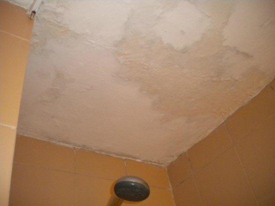Insotel Club Tarida Playa: il soffitto del bagno ...scrostato