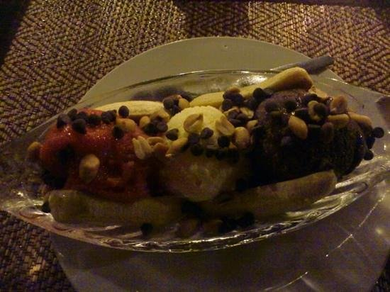 La Verandah Restaurant: banana split (misses whip cream)