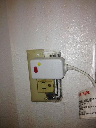 Super 8 Pompano Beach: Broken GFI outlet in bathroom