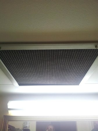 Econo Lodge:                   Vent in Room