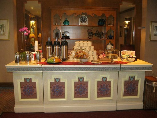 Casablanca Hotel Times Square: Complimentary Snacks 24/7