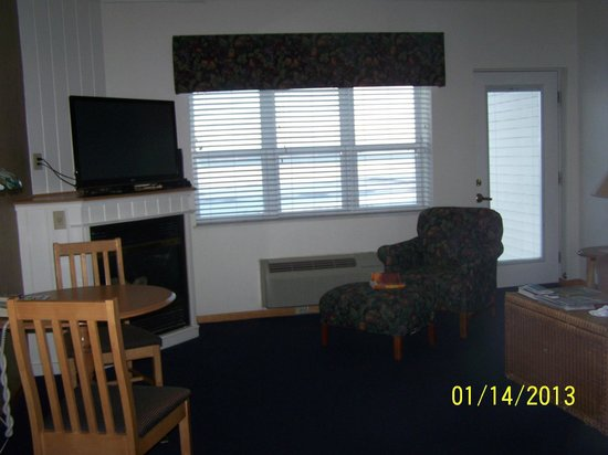 Cherry Tree Inn & Suites:                   bright light from windows