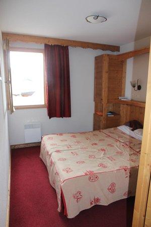 Lagrange Prestige L'Ecrin des Sybelles: une chambre à coucher avec sa salle de bain !