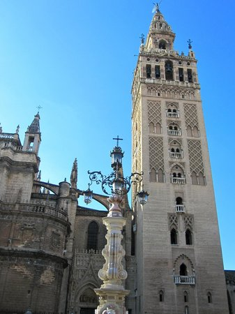 Hotel Casa 1800 Sevilla: La Giralda, located a block from the hotel