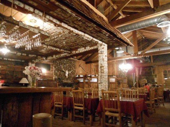 Sierra Sky Ranch: Bar e sala del ristorante