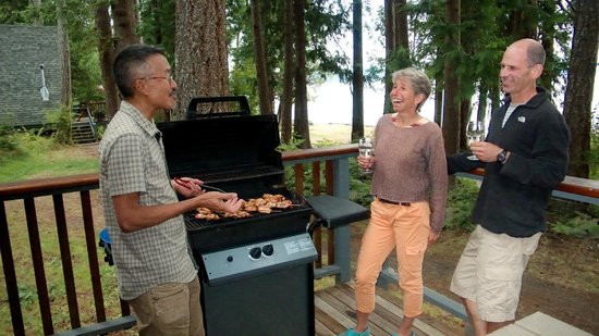 Taku Resort and Marina: Beachfront Cabins all have gas BBQs and picnic tables.