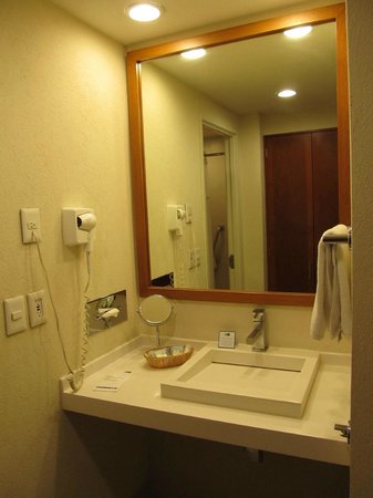 Holiday Inn Express Guadalajara Expo: Bathroom (vanity area outside)