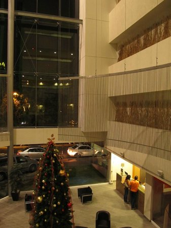 Holiday Inn Express Guadalajara Expo: Main Lobby at night