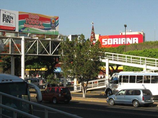 "Holiday Inn Express Guadalajara Expo : ""Plaza del Sol"" shopping Mall just crossing street."