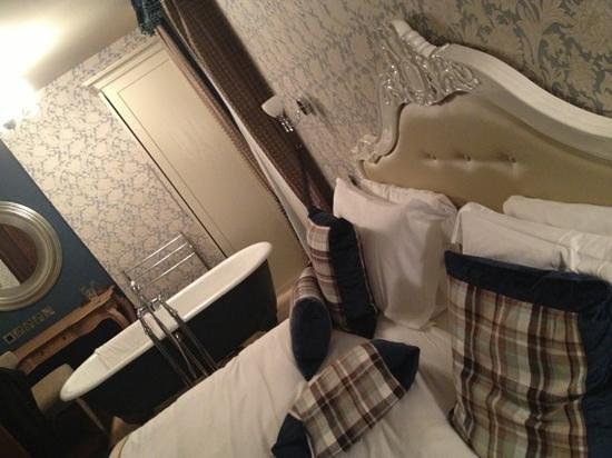 The Drayton Court Hotel:                   bedroom