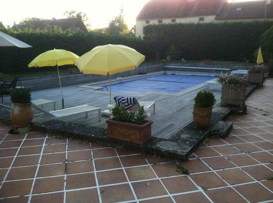 Manoir de Serrigny: Pool with cover.