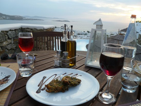 Vencia Hotel: Dinner at the sunset table
