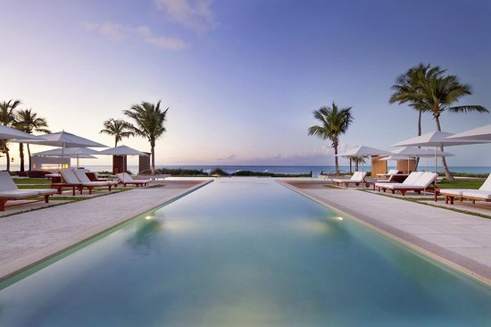 Grace Bay Club: Hotel Pool at Sunset