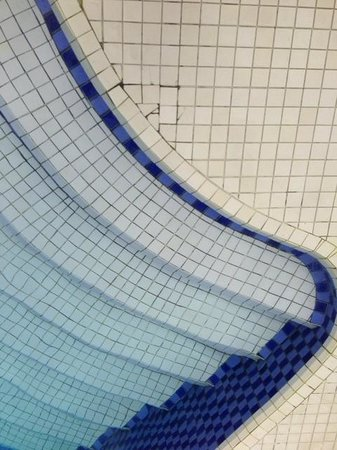 Iberostar Praia do Forte: Azulejos soltos e quebrados na piscina