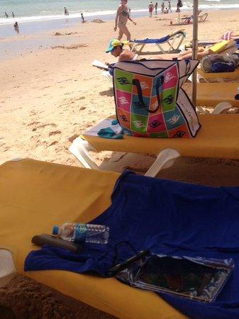 Iberostar Praia do Forte: Cadeira amarela funda no quadril, total desconforto
