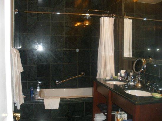 The Kimberly Hotel: Bagno pulito e spazioso