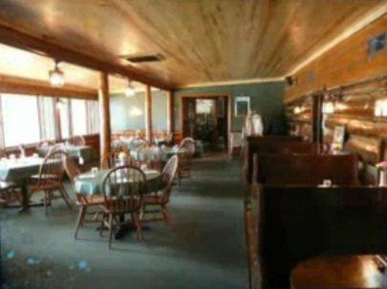 Eddie B's White Spruce Restaurant & Tavern: Log Cabin Dining Room